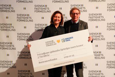 Förra veckan lämnade Svensk Fastighetsförmedlings tf vd Petra Wester över en check på drygt 2,7 miljoner kronor till Barncancerfondens styrelseordförande Jens Schollin.