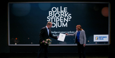 Olle Björk överräckte stipendiet till Catharina Kumlien under Barncancerfondens årsmöte lördagen den 8 maj.