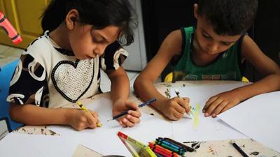 KLAPPAR SOM GLÄDER FLER ÄN EN. Med hjälp av kritorna kan barn som lever på flykt bearbeta minnen, drömma och göra framtidsplaner.