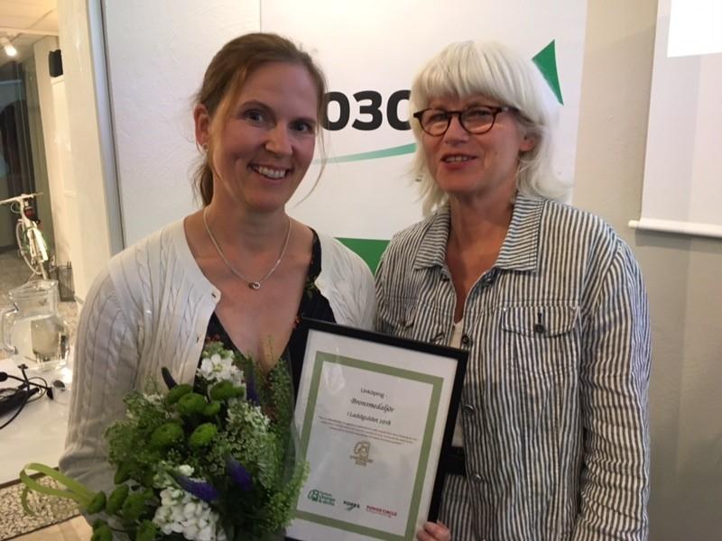 Hållbarhetschef Linda Malmén tog emot diplomet för bronsplaceringen i tävlingen Laddguldet 2018. Bredvid henne står Karin Svensson Smith (MP), ordförande i riksdagens trafikutskott.