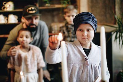 På internationella barncancerdagen sätter Sverige ljuset på barncancer. 10-åriga Ebba är snart klar med en tre år lång behandling för leukemi. Foto: Ylva Bergman