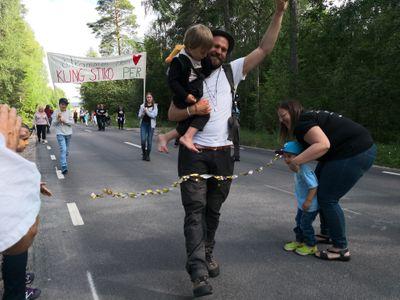 Stiko Per är framme i Leksand efter 80 mil till fots och över en miljon kronor till Barncancerfonden. Foto: Lina Rörvall.