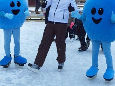 Pyret och Pärlan dansar disco på isen tillsammans med hugade skridskoåkare.
