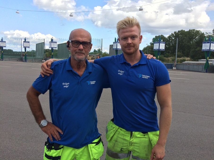Bild: Tommie Westergren och Oscar Bergström på Gärstad återvinningscentral.