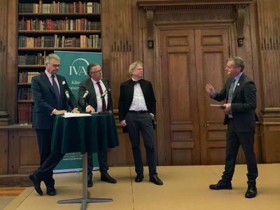 Bild: Klas Eklund, Klas Gustafsson och Björn Ola Linnér. Till höger moderator Johan Kuylenstierna. Foto:IVA