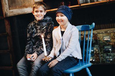 Internationella barncancerdagen uppmärksammas över hela världen. 13-åriga Axel drabbades av en hjärntumör som 9-åring men är idag frisk. 10-åriga Ebba är snart klar med sin behandling för leukemi. Foto: Ylva Bergman