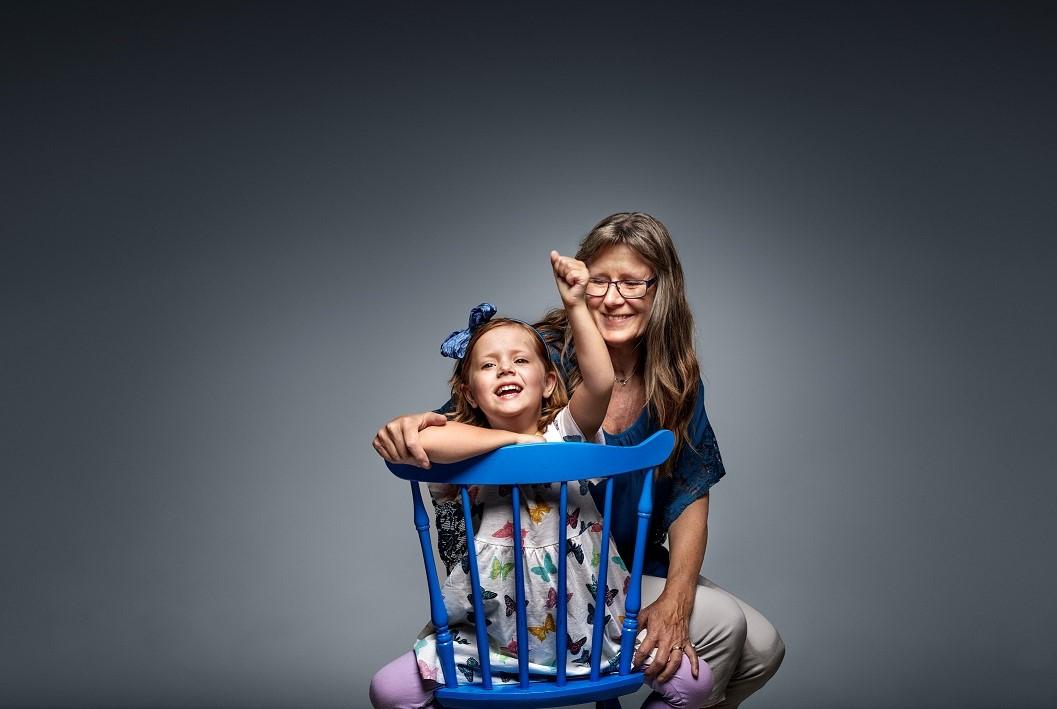 Alice,5, hade en stor tumör i magen. För att överleva behövdes en ny lever. Det fick hon av farmor Lena. – Nu har jag farmor i magen, säger Alice. Fotograf: Andreas Lind