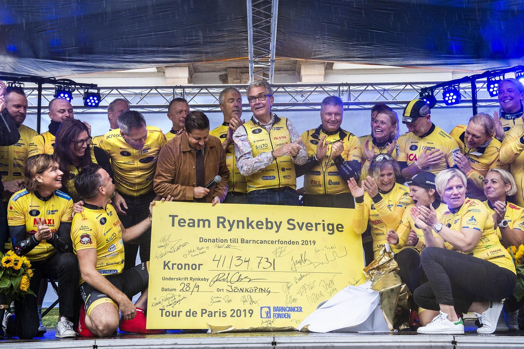 I helgen fick Barncancerfondens generalsekreterare Thorbjörn Larsson (mitten)  ta emot rekordchecken från Team Rynkeby - God morgon. Foto: Anna Hållams.