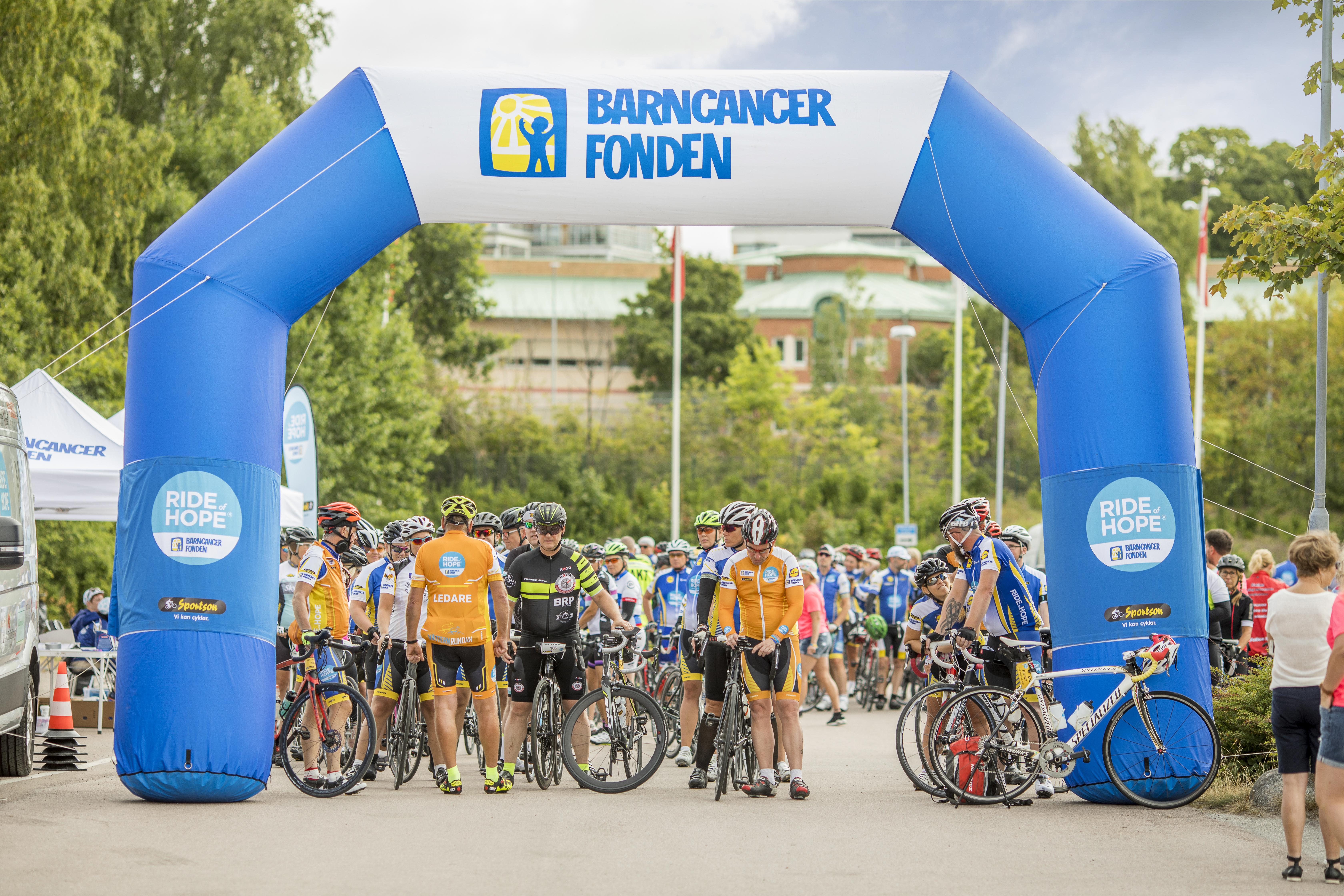 Hundratals cyklister ska under åtta dagar cykla den 120 mil långa sträckan Lund-Stockholm för att samla in pengar till kampen mot barncancer. Foto: Magnus Glans