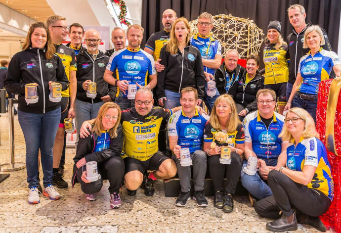 Team Rynkeby och Ride of Hope Europe vid ett gemensamt insamlingsevent i Nordstan i december 2016.