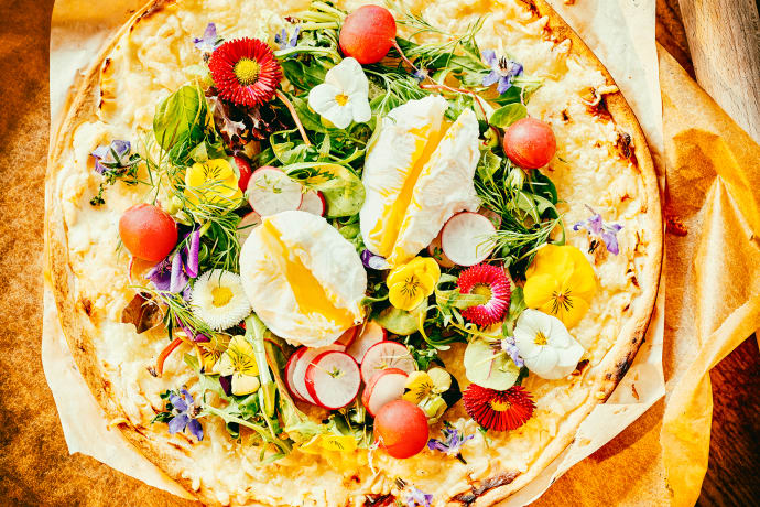 Flammkuchen with spring herbs and poached eggs © Knut Pflaumer