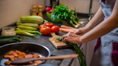 Hacka, vispa, knåda- så mycket som händer på köksbänkskivan. Därför vill många veta att bänkskivan lever upp till tuffa krav som värnar såväl miljön som hälsan.