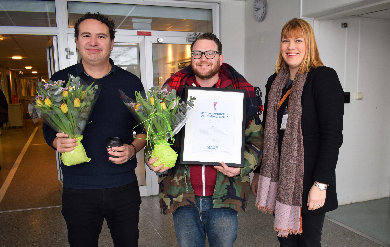 Bild: Simon Moser, mitten, vinnare av Barncancerfondens journalistpris 2017. Till vänster programmets producent Antonio de la Cruz och till höger Maria Tegin från Barncancerfonden.