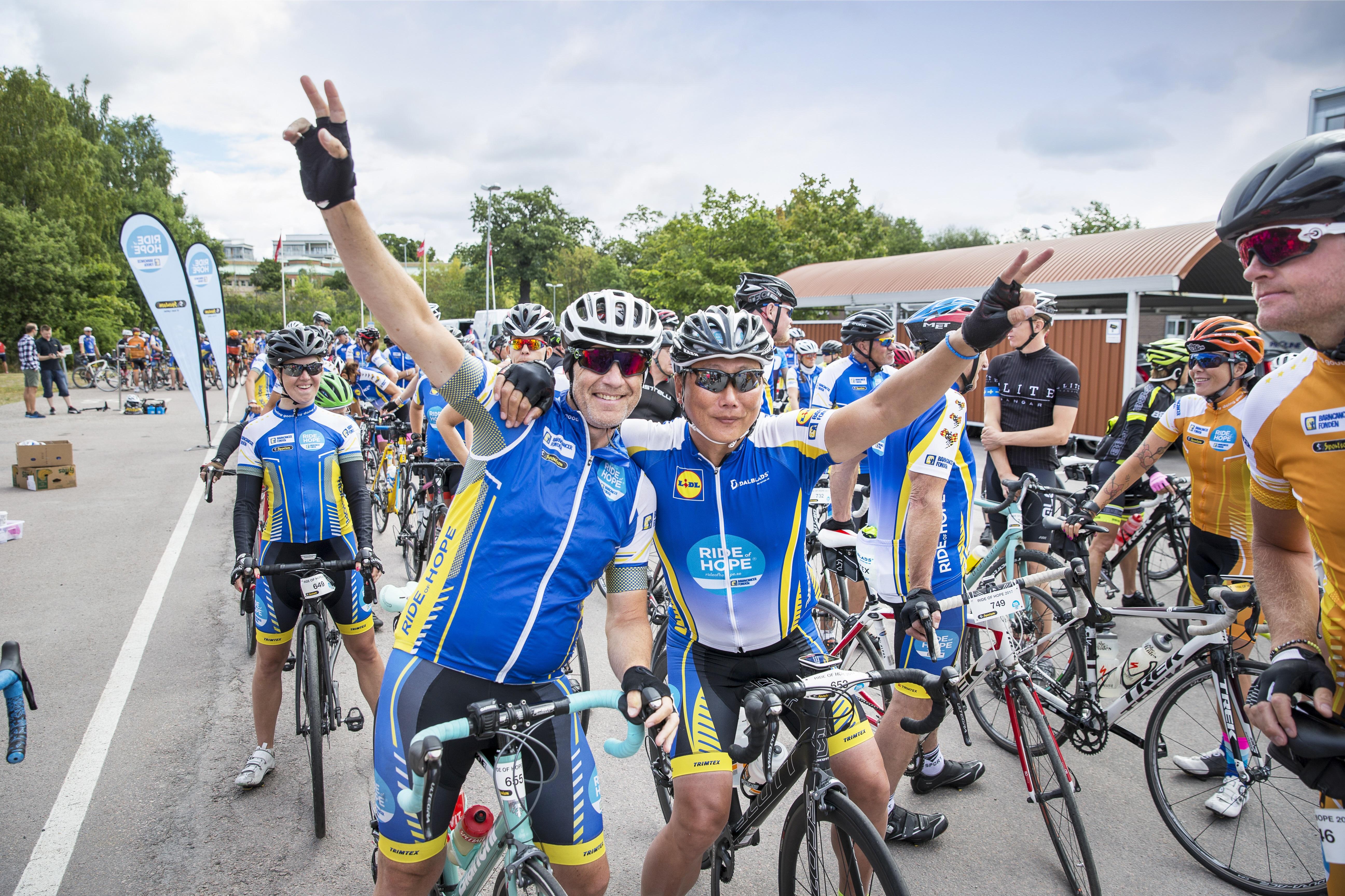Glada deltagare i Barncancerfondens cykellopp Ride of Hope 2017. Foto: Magnus Glans