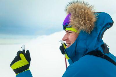 Barncanceröverlevaren och multisportaren Aron Anderson ska genomföra sitt farligaste och kallaste äventyr någonsin; Pole of Hope. I en specialbyggd sitski ska han ta sig totalt 640 kilometer till Sydpolen, för att samla in pengar till Barncancerfonden.