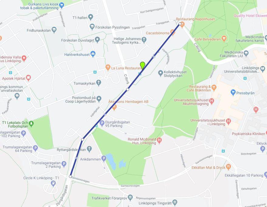 Bild: Den blå linjen visar vilket område som påverkas. Från Kaserngatan går det endast att svänga höger upp mot Coop/Garnisonen. Åkande på Djurgårdsgatan i riktning från stan kan bara svänga höger in på Kaserngatan, ej fortsätta rakt fram på Djurgårdsgatan. Åkande från Garnisonen kan endast köra rakt ner på Djurgårdsgatan, ej svänga vänster in på Kaserngatan. Bilar från anslutande småvägar följer skyltning på plats.