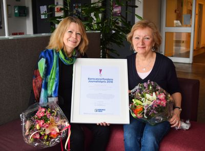 Barncancerfondens journalistpris gick i år till Anna Larsson (t v) tillsammans med Anna Hernek (t h) och Johan Ågren (inte med på bild),  på Sveriges radio.