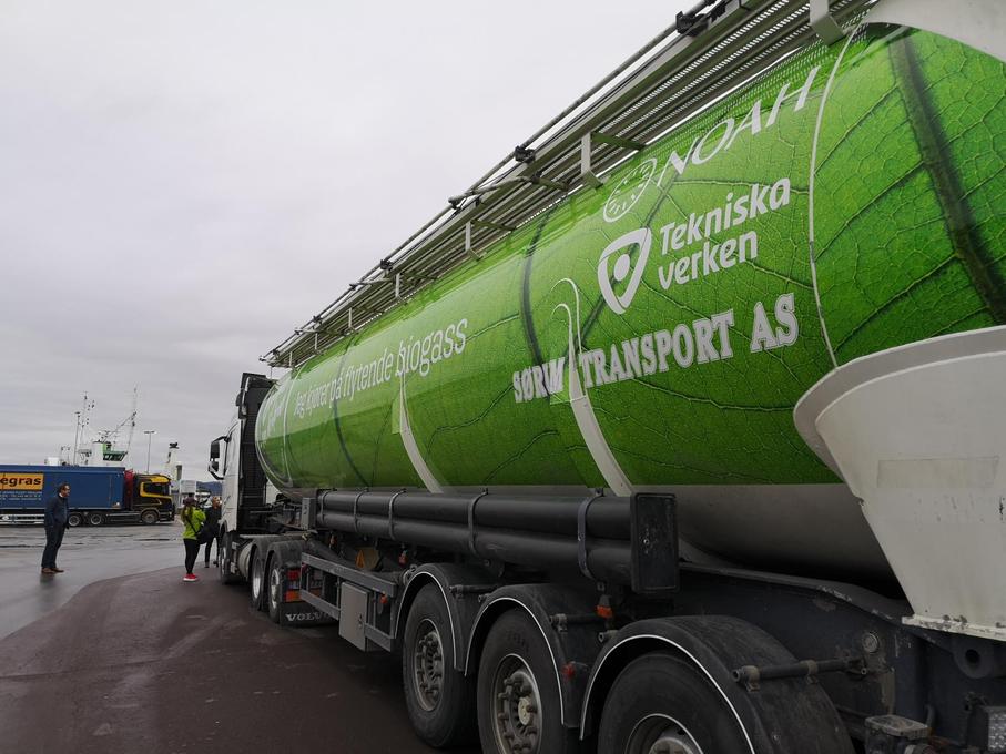 Så här ser den svensk-norska, ombyggda biogasbilen ut. Den ska transportera flygaska från förbränning i Sverige till bearbetning i Norge. Idén med att arbeta mot transport som går på flytande biogas uppstod när Tekniska verken i Linköping bestämde sig för att bygga en fabrik för flytande biogas – som nu är Sveriges största produktionsanläggning. Tillgången på bränsle i båda ändar av transportlinjen var nyckeln till framgång, säger Erik Nordell på Tekniska verken i Linköping. Foto: Helene Mathiesen/NOAH