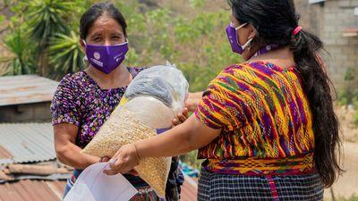 I Guatemala delar Diakonias samarbetsorganisation AGIMS ut mat och munskydd till utsatta kvinnor och familjer som drabbats av matbrist och förlorad inkomst. Foto: AGIMS