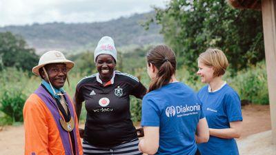 Mawarire och Sifoso Chekedzerai tillsammans med personal från Diakonias huvudkontor vid besök hos organisationen Musasa i Zimbabwe.