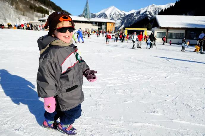 Det är viktigt att ha solglasögon i skidbacken då UV-strålarna reflekteras  i snön e0c0ea67ee0ec