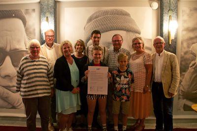 Vid ett seminarium i Almedalen idag skrev alla de närvarande riksdagspartierna på ett löfte om en satsning på barncancervården. Eva Olofsson (V), Bengt Eliasson (L), Camilla Waltersson Grönvall (M), Annika Strandhäll (S), Isak, Freja, Jan Lindholm (MP), Axel, Maria Fälth (KD) och Christer Jonsson (C). Foto: Robin Wilhelmsson