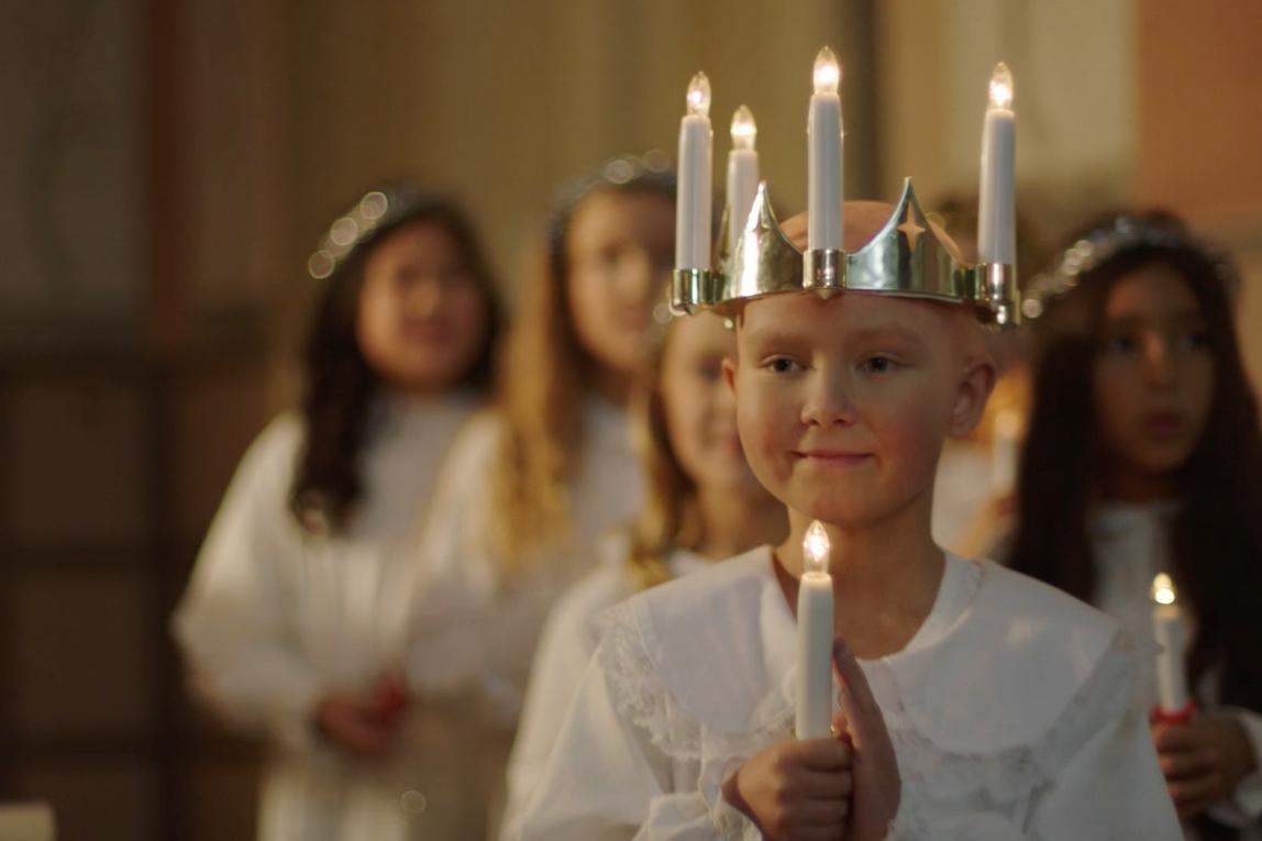 Barncancerfondens lucia Ebba sprider hopp och ljus i jul.