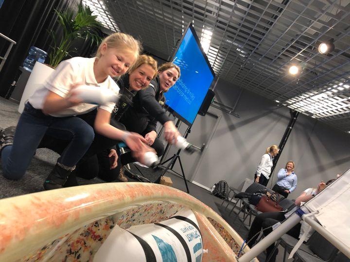 Optimisten döps till Plastimisten av Freja Björling Duell samt Marie Berg och Annie Wennergren från Team Anna.