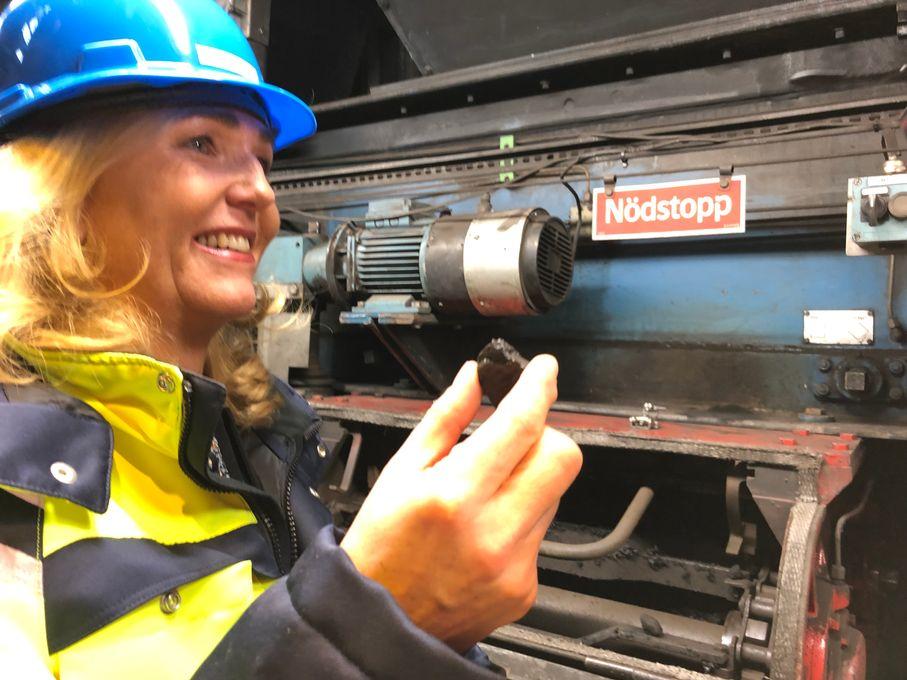Charlotta Sund, vd på Tekniska verken i Linköping, lägger den allra sista kolbiten i kolpannan på kraftvärmeverket i Linköping.