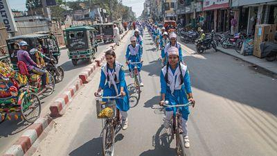 Tjejer manifesterar för sin rätt att röra sig fritt i samhället i Bangladesh på 8 mars. Foto: Martina Holmberg/Diakonia