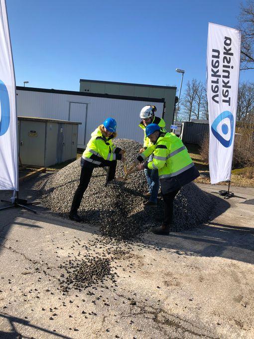Charlotta Sund, Tekniska verkens vd, Kenneth Kågemyr, projektledare på BC Bygg och Johan Borg, avdelningschef för hushållsavfall på Tekniska verken, tar första spadtaget för återvinningshallen på Ullstämma ÅVC.