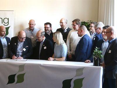 Mile Elez signerar Linköpingsinitiativets nya avtal för 2020-2021. Foto: Peter Jigerström